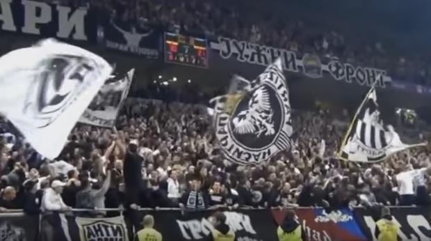 """Miembros de los «Grobari"""", durante un encuentro del Partizan de Belgrado"""