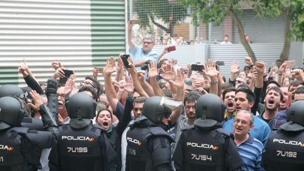 Cordón policial en Tarragona durante los disturbios del 1-O