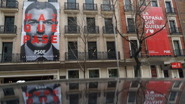 Carteles en la fachada de la sede del PSOE en la calle Ferraz de Madrid