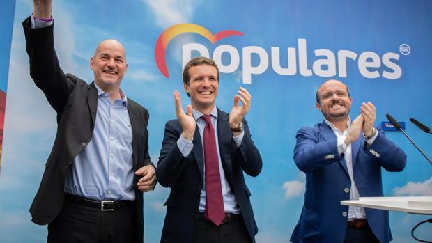 El candidato del Partido Popular al Congreso por Tarragona, Jordi Roca; el presidente nacional del PP, Pablo Casado; y el presidente del PP de Cataluña, Alejandro Fenández, aplauden al final del acto del Partido Popular en Tarragona
