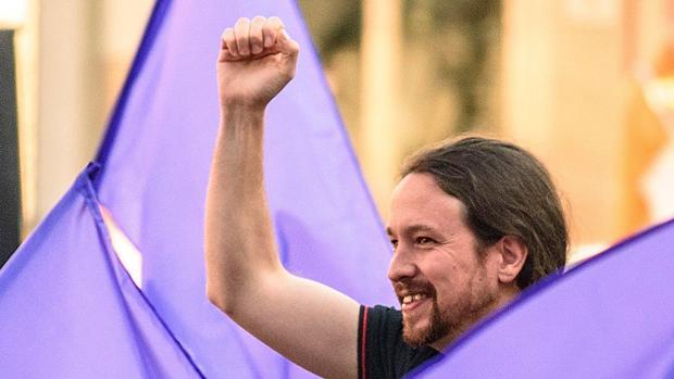 El secretario general de Podemos, Pablo Iglesias, a su llegada al mitin celebrado esta tarde en Bilbao junto a los principales dirigentes y candidatos vascos del partido a las próximas elecciones generales