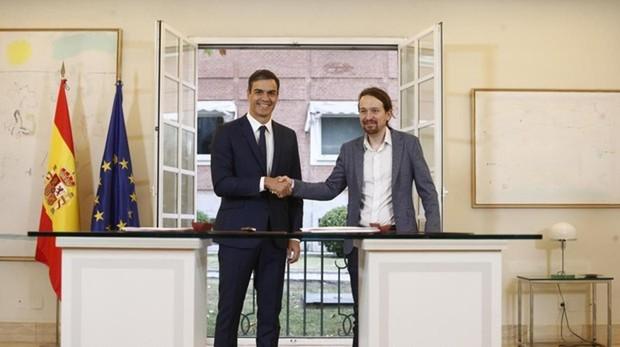 Pedro Sánchez y Pablo Iglesias tras firmar su acuerdo de presupuestos en La Moncloa