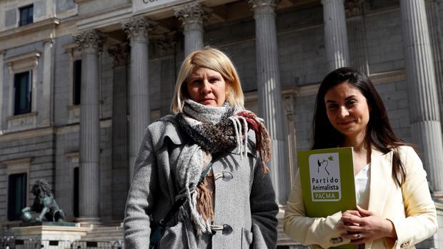 A la izquierda, Silvia Barquero, presidenta de PACMA; a la derecha, Laura Duarte, candidata al Congreso de PACMA