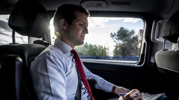 Pablo Casado, en su coche, antes de comenzar la entrevista con ABC