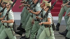 Una legionaria desfila junto a sus compañeros durante la Fiesta Nacional del 12 de octubre