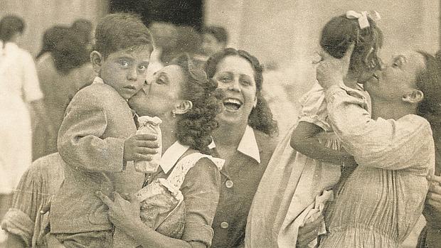 Las reclusas reciben la visita de sus hijos por la vestividad de de Nuestra Señora de la Merced en 1910