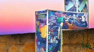 Escultura que contiene la basura recogida en el camino rural