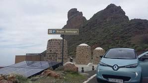 El coche al llegar al pie del Roque Bentayga