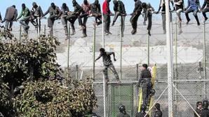 Inmigrantes en la valla de Melilla el pasado agosto