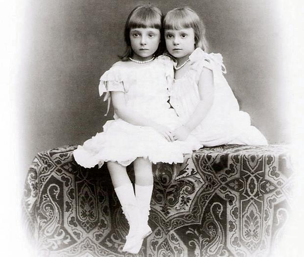 Las hijas de Alfonso XII, Mercedes y Teresa, de niñas
