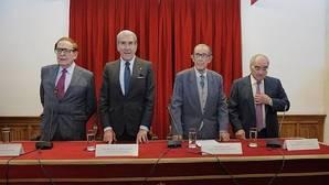 Ramón Tamames, Fernando Suárez, Juan Velarde (presidente) y Rodolfo Martín Villa, todos ellos miembros de la Real Acamedia de Ciencias Morales y Políticas