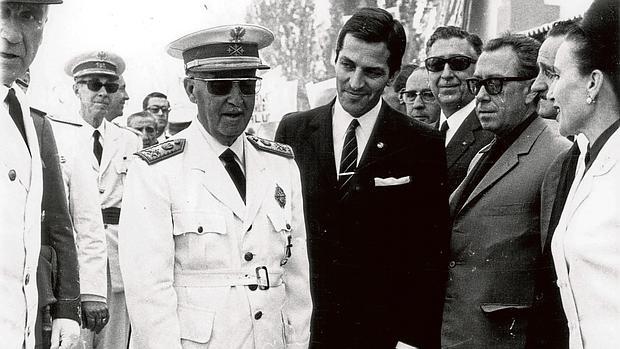 Franco, con Adolfo Suárez en julio de 1968, durante la inauguración del ferrocarril directo Madrid-Burgos