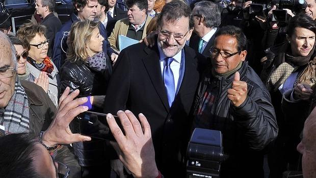 Rajoy se fotografía con un vecino castellanomanchego en Albacete