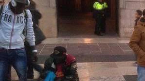 Los «manteros» llegan a las puertas del Ayuntamiento de Barcelona