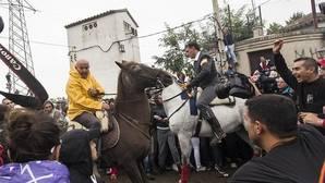 Enfrentamiento entre antitaurinos y caballistas en el último Toro de la Vega