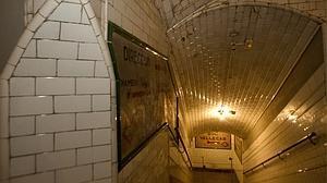 Fantasmas, locos o huesos emparedados: cinco leyendas de terror del Metro de Madrid
