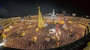 Panorámica de la Puerta del Sol durante las últimas campanadas de Fin de Año