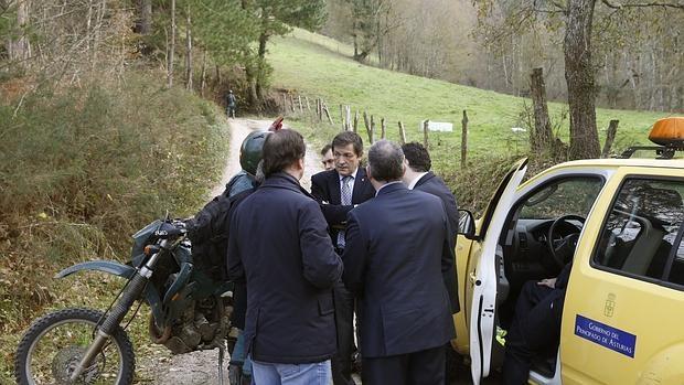 Fotografía facilitada por el Gobierno del Principado de Asturias de la visita del presidente asturiano, Javier Fernández (c), a Cangas de Onís para interesarse por el accidente de un helicóptero