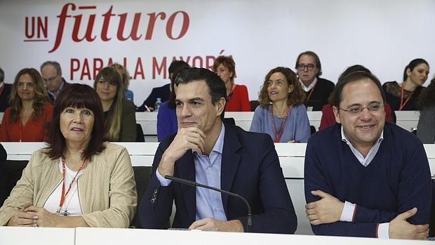 El secretario general del PSOE, Pedro Sánchez, acompañado de la presidenta del partido, Micaela Navarro y el secretario de Organización, César Luena