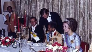 Una de las instantáneas que forma parte de la exposición. Don Juan Carlos y Doña Sofía comparten mesa con el emperador Selassie, el Ras Tafari Makonnen