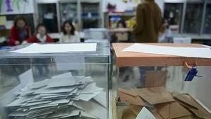 Detalle de dos urnas electorales con papeletas para el Congreso y el Senado durante la pasada jornada electoral del 20 de diciembre