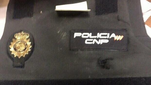 Dos policías salvan la vida gracias a sus chalecos antibalas tras ser acuchillados en el pecho