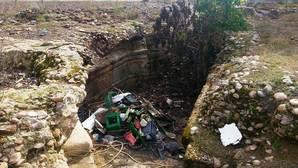 El monumento se encuentra abandonado y repleto de escombros y basura
