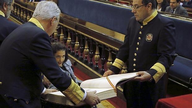 La senadora Virignia Felipe, prometiendo su cargo en la sesión constitutiva del Senado