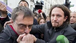 Juan Carlos Monedero y Pablo Iglesias a las puertas del Congreso