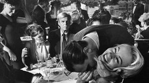George Plimpton, en el centro de la imagen, sentado a una de las mesas del Elaine's (Nueva York, 1999)