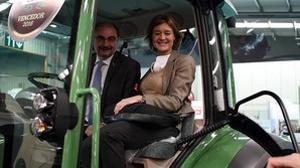 La ministra de Agricultura, subida a un tractor junto al presidente aragonés, Javier Lambán, este martes durante la inauguración de FIMA