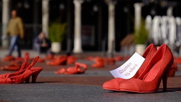 Instalación artística Zapatos Rojos, réplica de la obra de Elina Chauvet