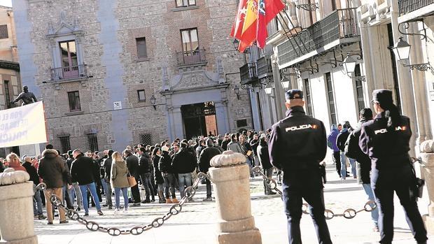 Agentes municipales de paisano durante su protesta en la Plaza de la Villa