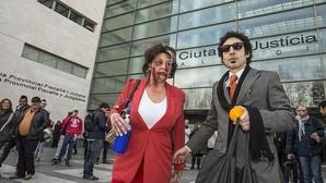 Imagen de dos actores disfrazados ante la Ciudad de la Justicia de Valencia