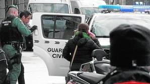 Agentes de la Guardia Civil durante la detención de uno de los cinco directivos del banco chino ICBC