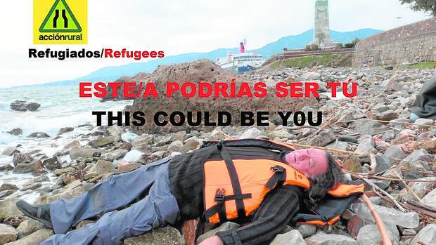 El poeta posa como un refugiado ahogado en la orilla