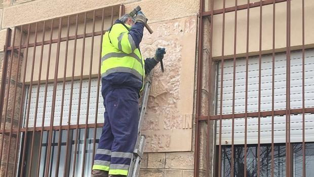 La retirada de un símbolo franquista a golpe de martillo en Sepúlveda no gustó en el pueblo
