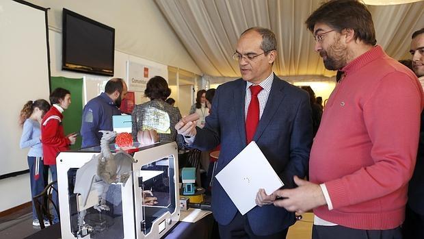 El consejero de Educación, Juventud y Deporte, Rafael Van Grieken, en su visita a la Feria de los colegios