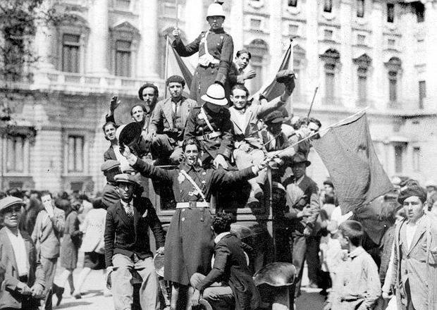 Republicanos pasan ante el Palacio Real el 14 de abril de 1931 horas antes de que la Familia Real partiera rumbo al exilio