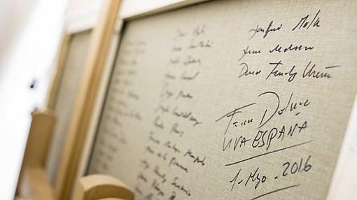 Ferrer-Dalmau, que ha asistido a la presentación de la exposición, ha escrito en el reverso del cuadro los nombres de los 102 militares españoles fallecidos