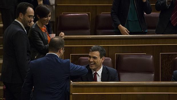 Pedro Sánchez charla con algunos de sus diputados antes del inicio del debate de investidura