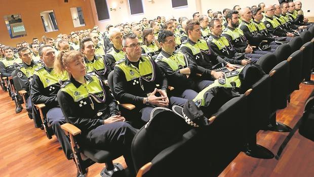Agentes de la nueva promoción de cabos y sargentos de la Policía Municipal, el martes, en el arranque del curso