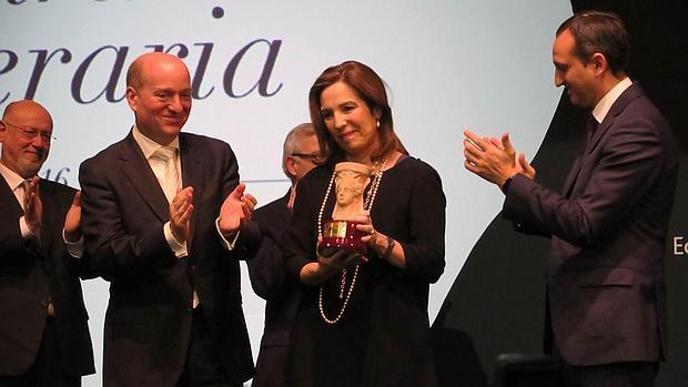 La escritora Reyes Calderón, tras recibir el premio