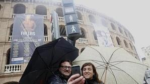 Imagen de los concejales Grezzi y Lozano frente al nuevo semáforo