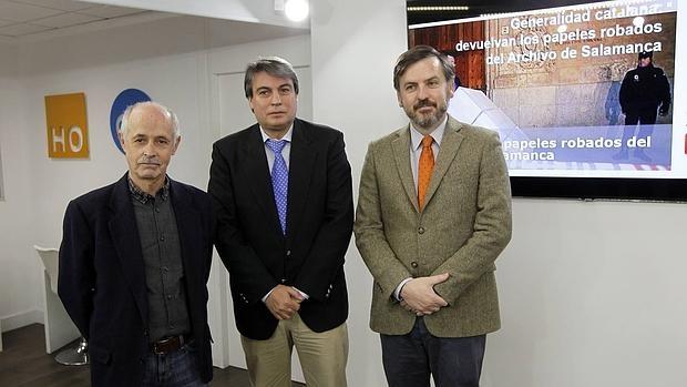 El presidente de la Asociación Salvar el Archivo de Salamanca, Policarpo Sánchez, junto con uno de los afectados, Guillermo Suils, y el presidente de HazteOir.org, Ignacio Arsuaga
