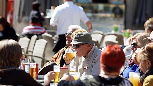 Imagen de unos turistas en una terraza de Valencia