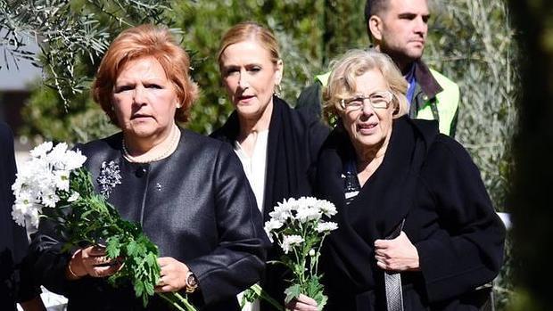 Ángeles Pedraza junto a Cifuentes y Carmena