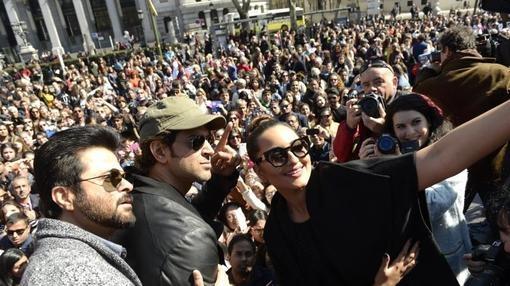 Sonakshi Sinha, Anil Kapoor y Hrithik Roshan posan con sus admiradores en Cibeles