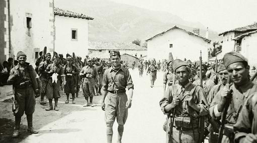 Soldados desfilando en el municipio de Incinillas