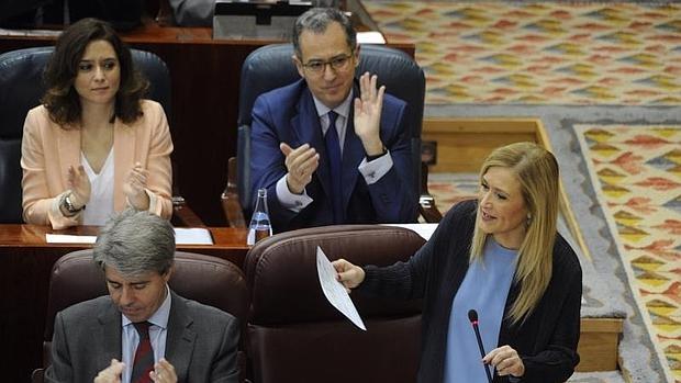La presidenta de la Comunidad de Madrid, Cristina Cifuenes, y el portazoz del Grupo (detrás), Enrique Ossorio